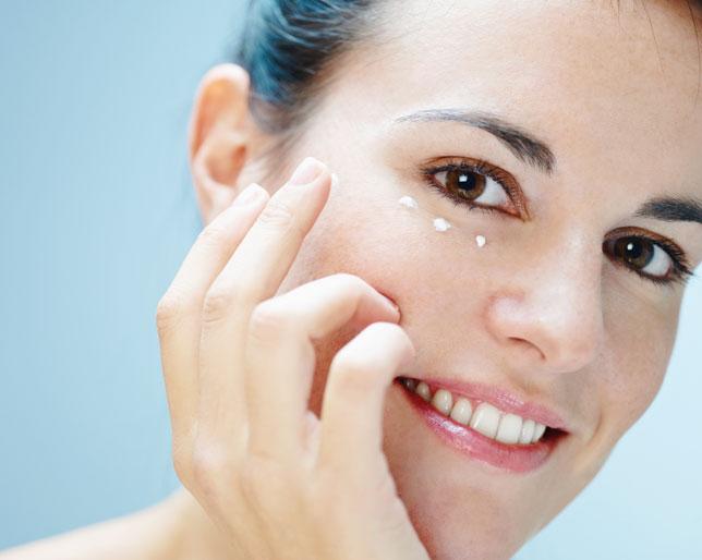 Cominciate ad applicare la crema contorno occhi il prima possibile